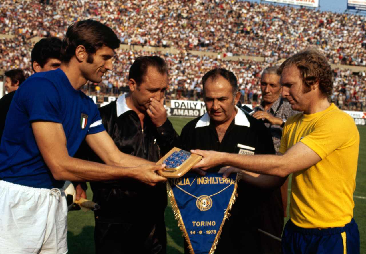 Pennants exchange before the match Italy vs England played in 1973
