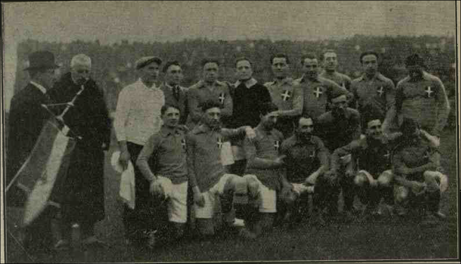 Italy line up with pennant in the 20s