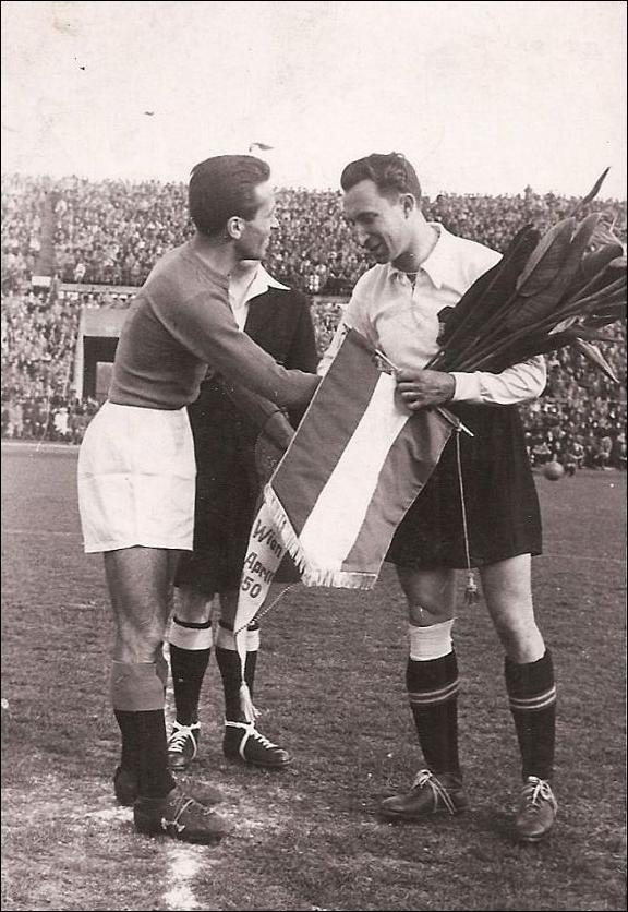 Pennants exchange before the International Cup match Austria vs Italy played in 1950