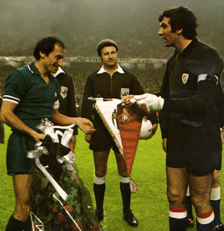 Pennant exchange before the UEFA Cup final – second leg Athletic Bilbao vs Juventus played in 1977
