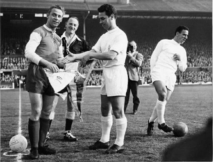 Pennants exchange before the Uefa European Clubs Champions' Cup final Real Madrid vs Eintracht Frankfurt played in 1960