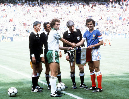 Pennants exchange before the FIFA World Cup 1982 match France vs Irelans