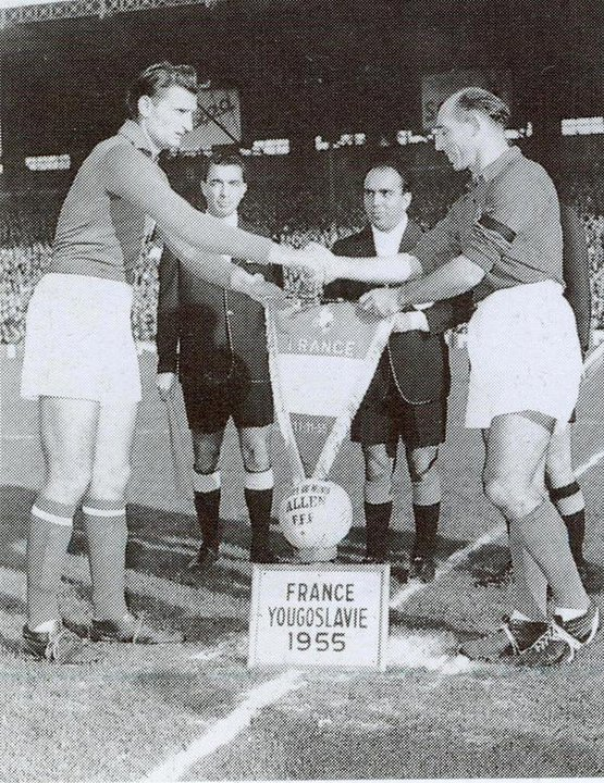Pennants exchange before the friendly match France vs Jugoslavia played in 1955