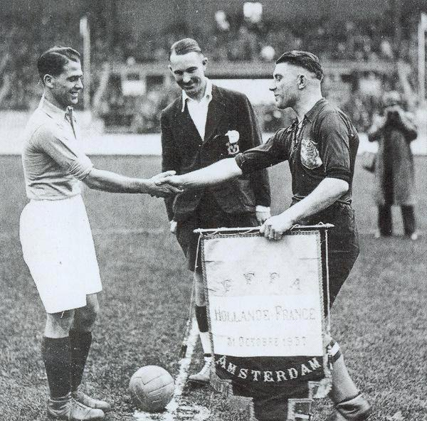 Pennants exchange before the friendly match Holland vs France played in 1937