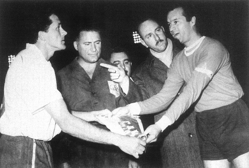 Pennants exchange before the match Independiente vs Nacional played in the 60s