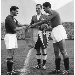 Pennants exchange before the International Cup match Switzerland vs Italy played in 1951