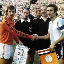 Pennants exchange before the FIFA World Cup 1974 match Argentina vs Holland
