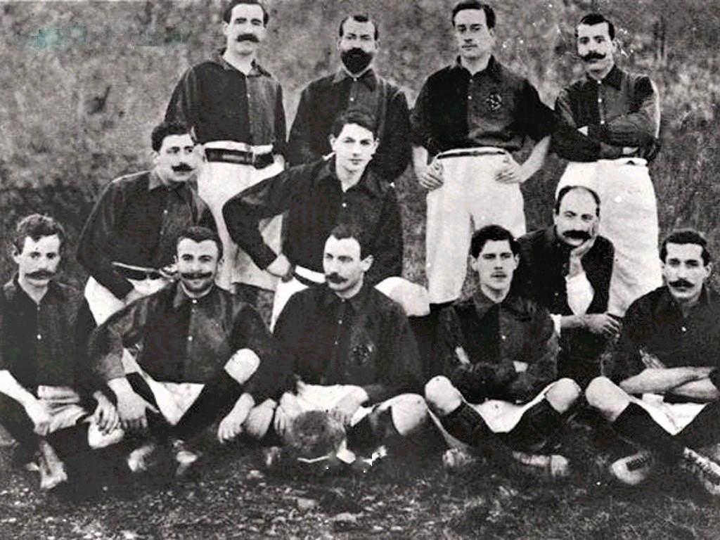 Foto della prima formazione del F.C. Barcellona. Il fondatore Gamper è il terzo seduto.