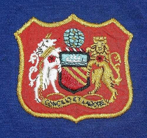 Lo stemma apposto sulle maglie del Manchester United alla fondazione
