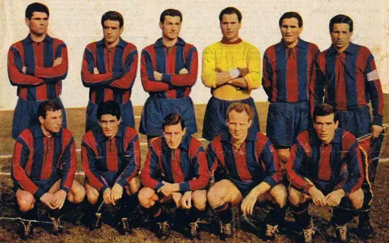 Una formazione del Catania della stagione 1960 – 1961. Nelle mani del capitano s'intravede il gagliardetto in uso all'epoca