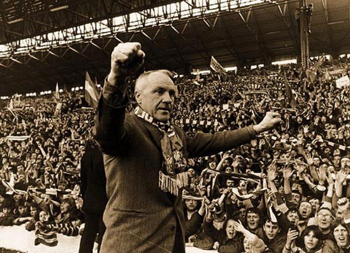 Shankly esultante davanti ai tifosi dei Liverpool