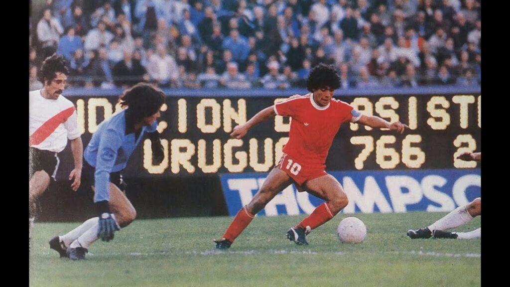 Diego in azione con la maglia dell'Argentinos Juniors