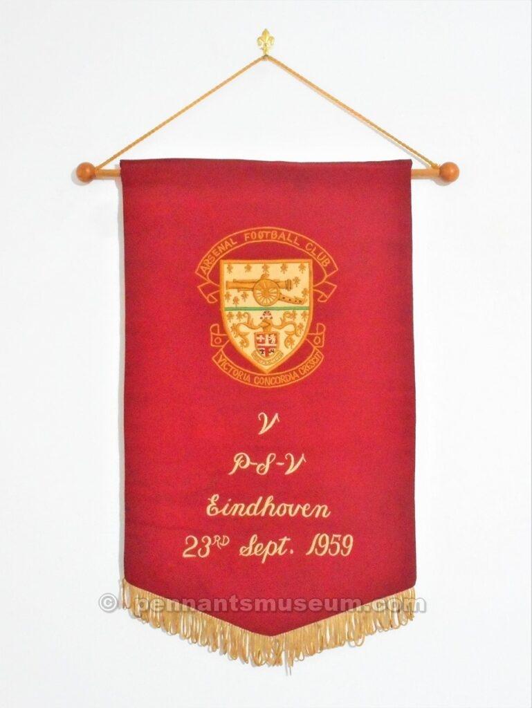 Il gagliardetto è quello che il capitano dell'Arsenal consegnò agli avversari del P.S.V. Eindhoven in occasione di un incontro amichevole giocato il 23 settembre 1959.