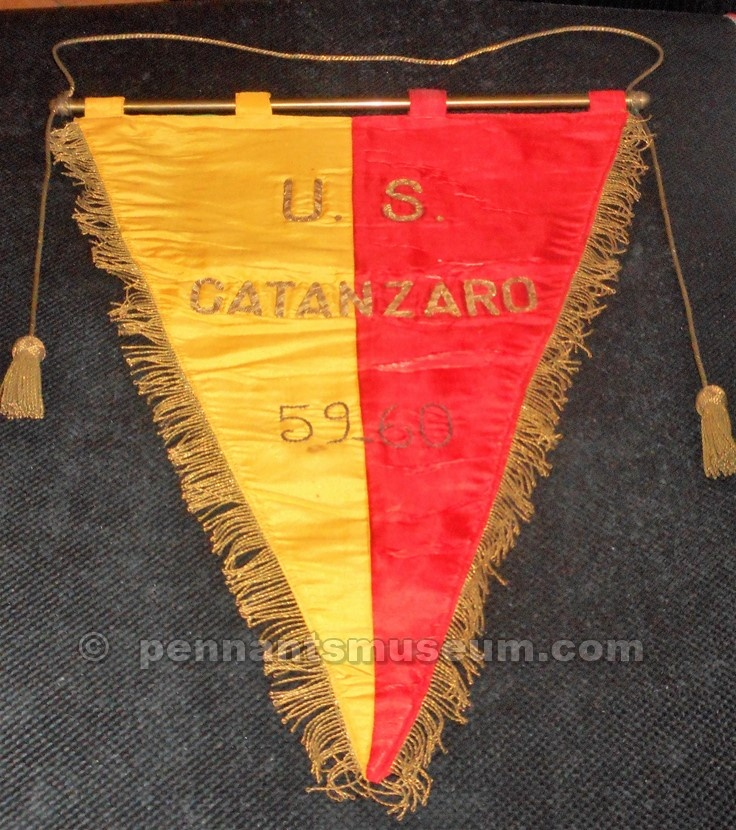 Embroidered pennant issued for the season 1959 - 1960