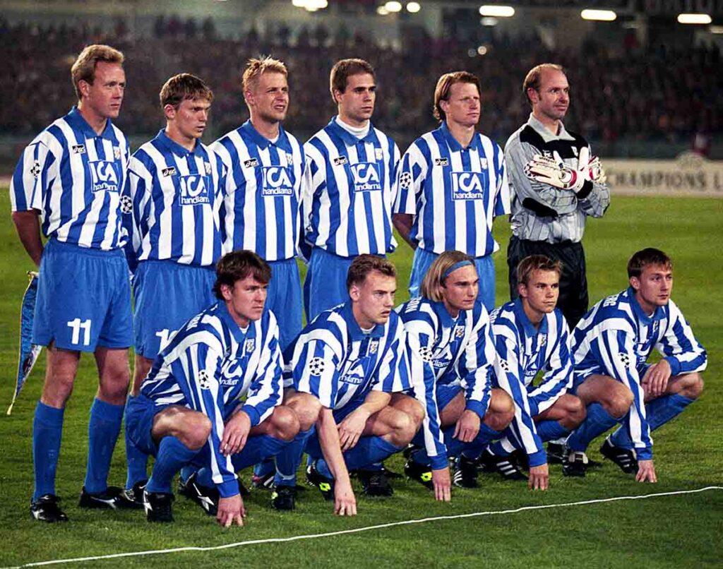Il Goteborg che sfidò il Milan nel 1996. Nelle mani del capitano svedese Lindqvist s'intravede il gagliardetto della partita