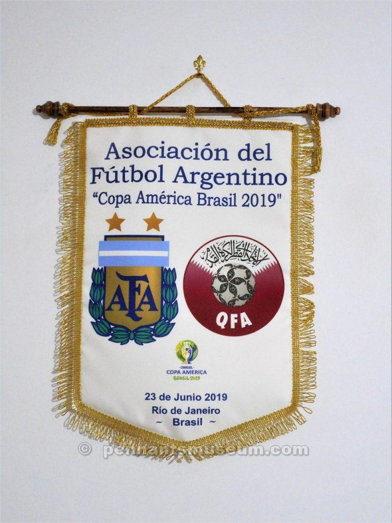 Gagliardetto stampato realizzato in occasione dell'incontro di Coppa America 2019 Argentina – Qatar giocato il 23 giugno 2019